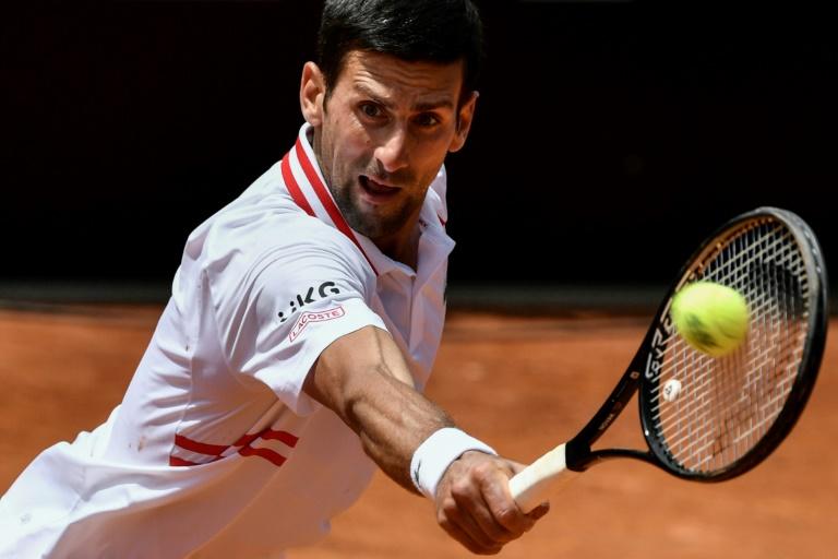 Rome: Djokovic, sauvé des eaux, renverse Tsitsipas pour aller en demies