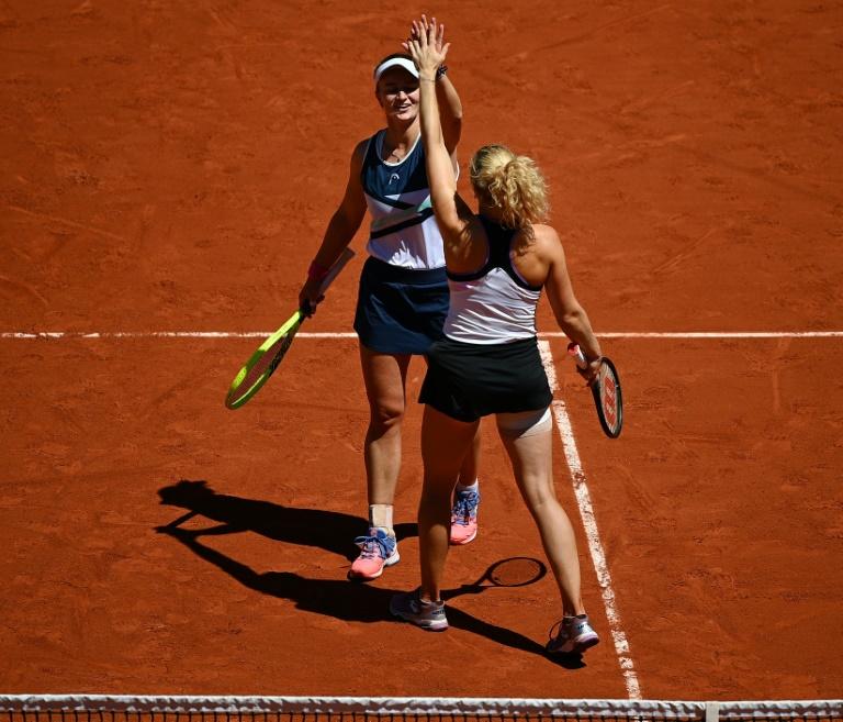 Roland-Garros: Krejcikova réussit le doublé simple-double